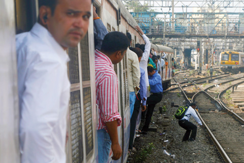 09_19_CvrStory-Risky-moves-disembarking-from-a-moving-train-(Photo-Suraj-Gauda).jpg