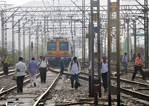 09_19_CvrStory-Walking-along-and-across-rail-tracks-is-common-(-Photo-Suraj-Gauda).jpg