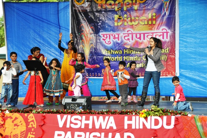 TulsiDiwali_Swati Mishra Singing with Children_680.JPG